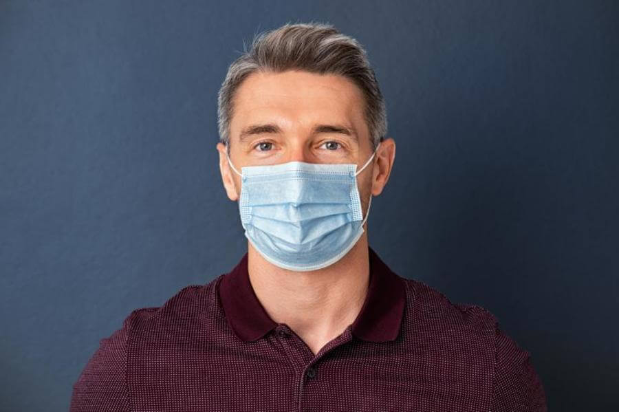 Man wearing a protectice face mask